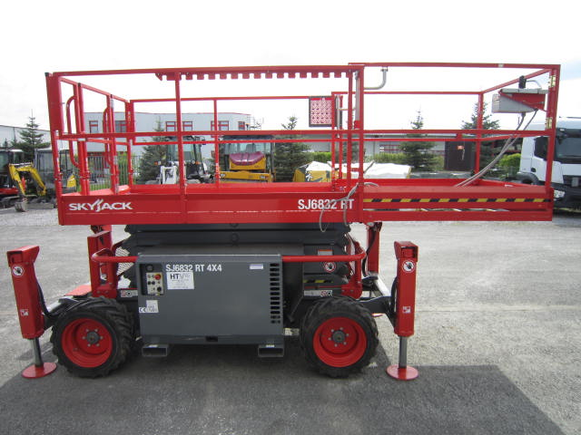Arbeitsbühne SkyJack SJ 6832 RT / Benzin